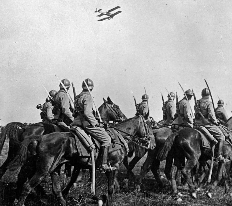 Французская кавалерия с интересом разглядывает новые технологии