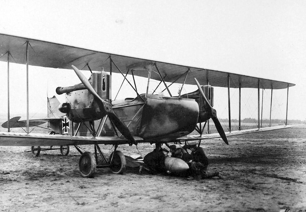 Солдаты присоединяют 100-килограммовую бомбу к немецкому самолету