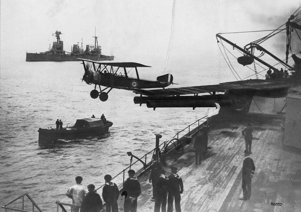 Авианосец того времени и взлетающий с него самолет Sopwith 1 1/2 Strutter