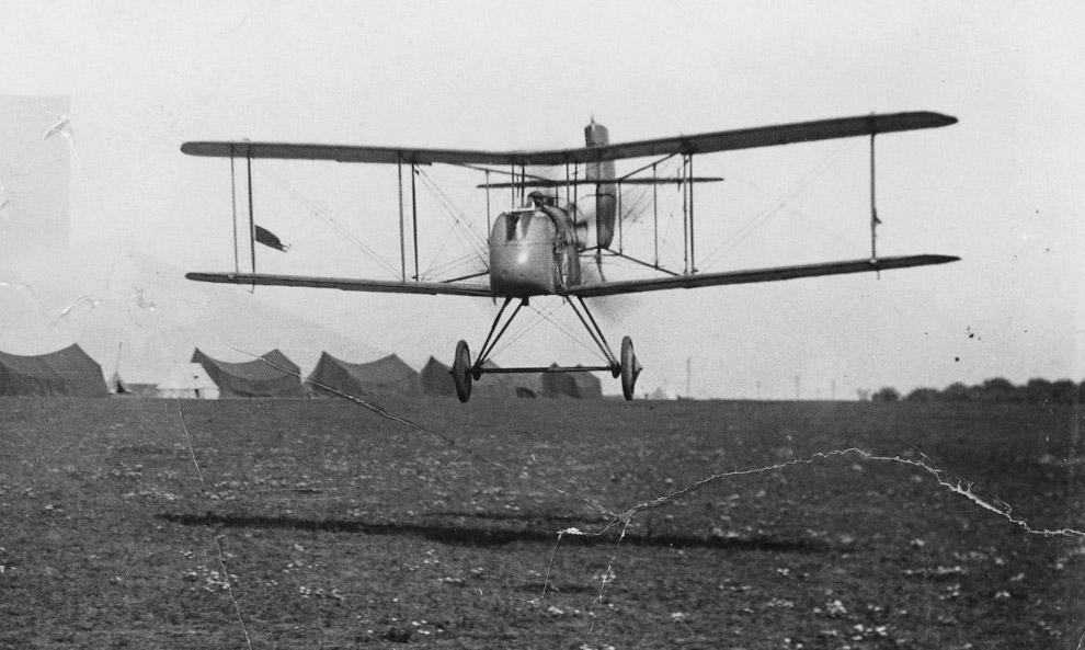Британский одноместный биплан Airco DH.2 идет на посадку
