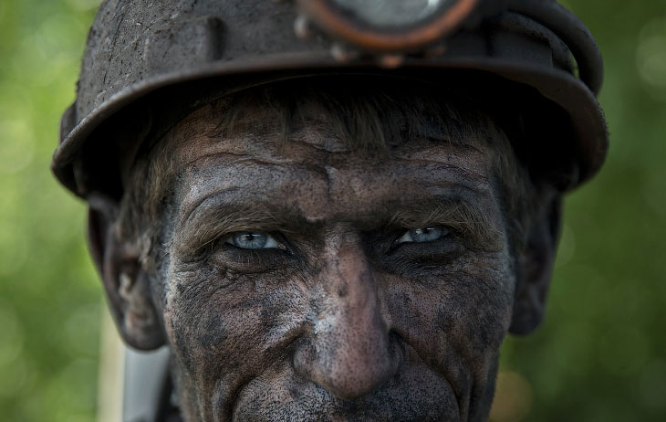 Украинский шахтер ждет автобуса после окончания смены на угольной шахте около Донецка