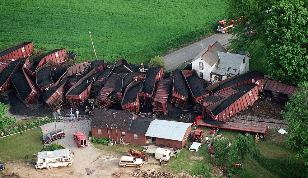 Иногда с тяжелыми угольными поездами случаются вот такие катастрофы