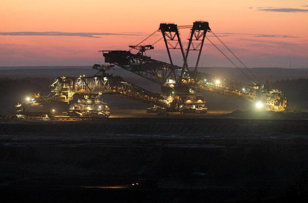 На угольных разрезах трудятся гигантские роторные экскаваторы