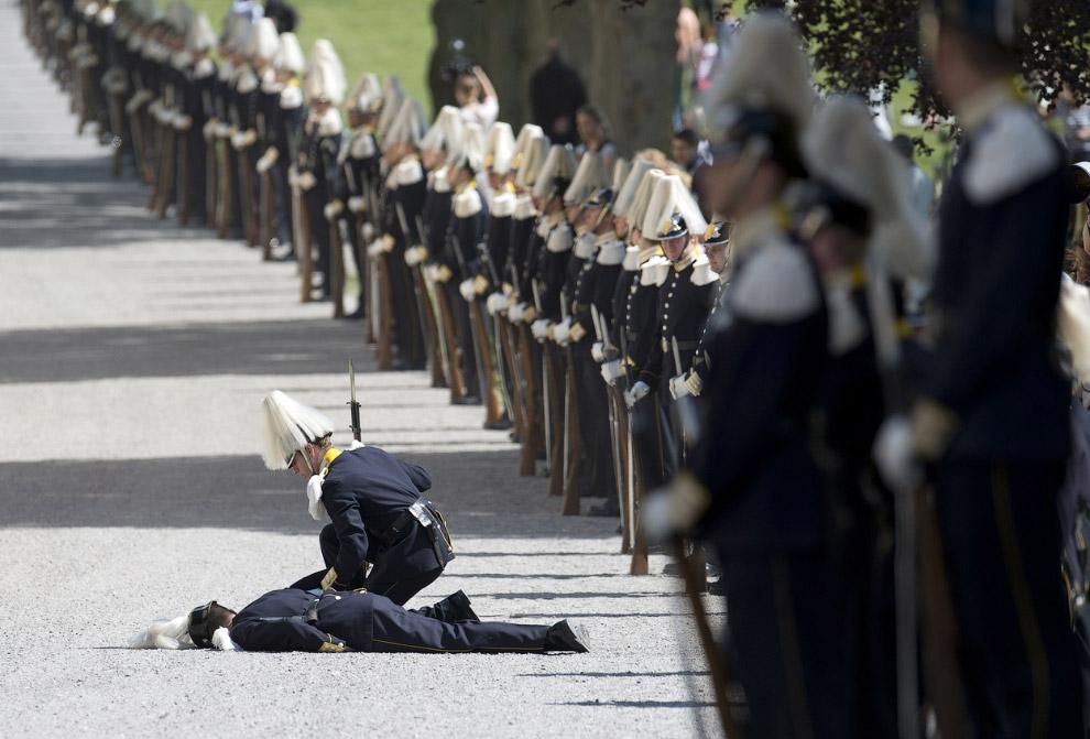 Солдат не выдержал и упал в обморок. на церемонии крестин дочери шведской принцессы Мадлен Леонор