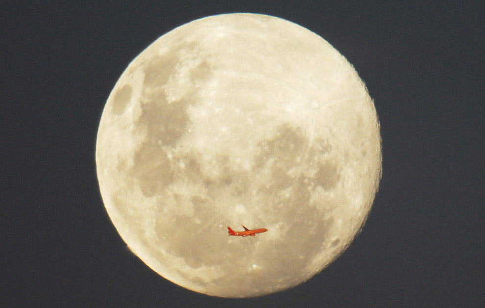 Самолет и полнолуние в Сиднее