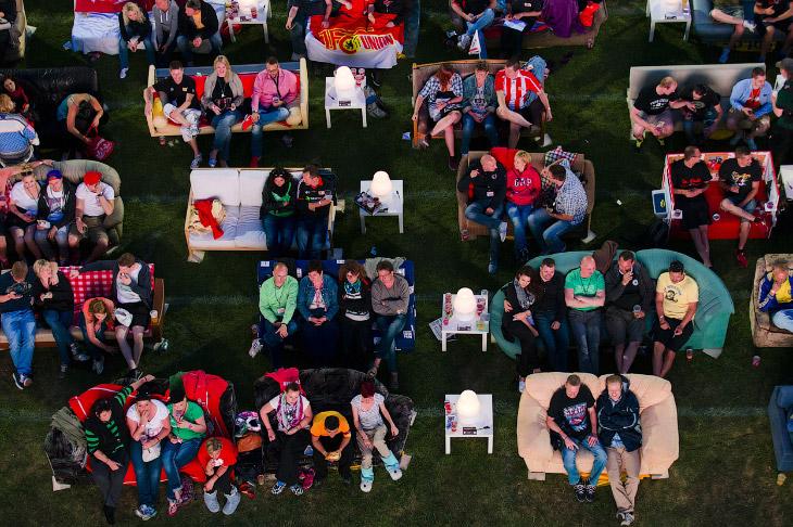 Болельщики из Берлина устроились на диванах и смотрят матч Бразилия – Хорватия