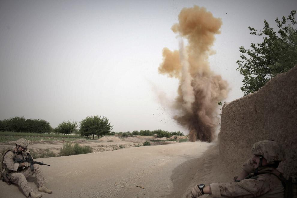Взрывают найденную придорожную бомбу, провинция Гильменд