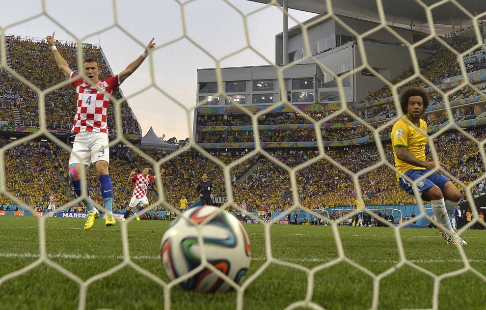 Полузащитник Хорватии Иван Перишич забивает гол в ворота Бразилии