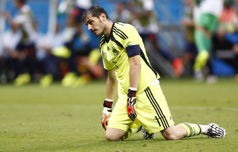 Обессиленный вратарь испанской сборной Икер Касильяс после очередного гола в его ворота