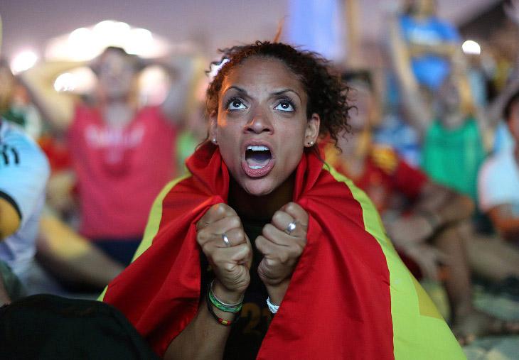 Испанская болельщица смотрит игру Испания-Нидерланды на пляже Копакабана в Рио-де-Жанейро