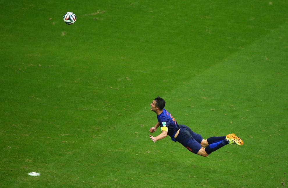 Робин ван Перси из сборной Нидерландов забивает гол в ворота Бразилии