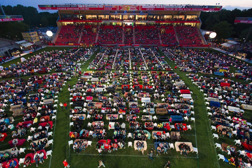 В Берлине на одном из стадионов установили диваны, чтобы смотреть матчи на большом экране