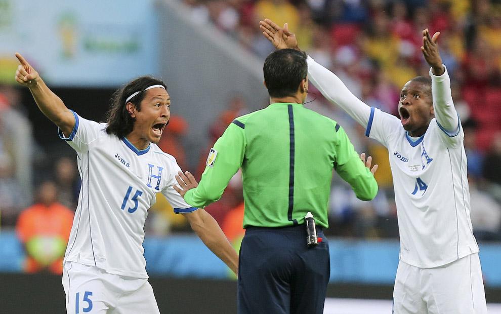 Игроки Гондураса спорят с рефери во время матча с Францией