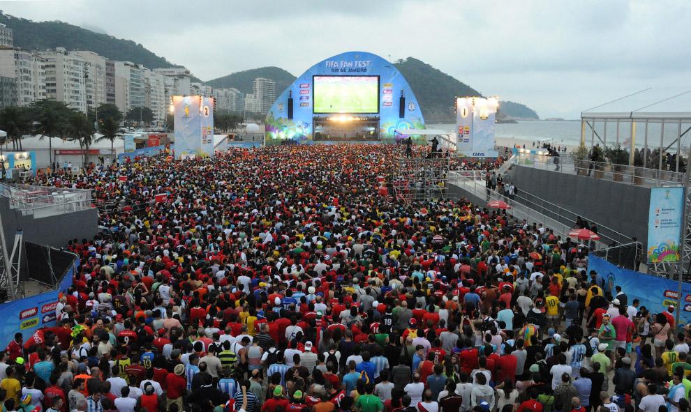 Болельщики на пляже Копакабана в Рио-де-Жанейро во время матча Испания-Чили