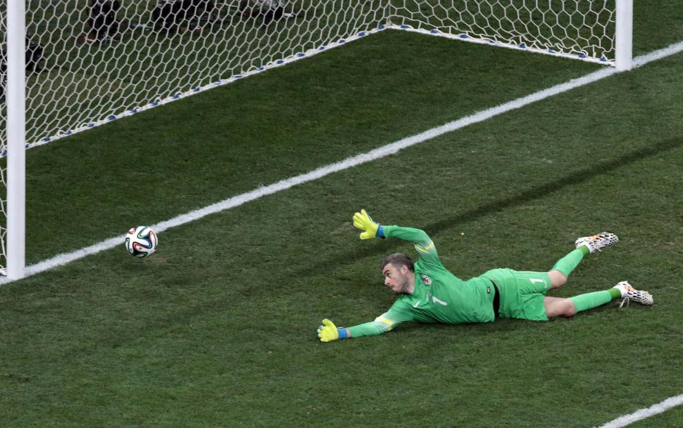 Ховатский вратарь пропускает гол в матче с Бразилией