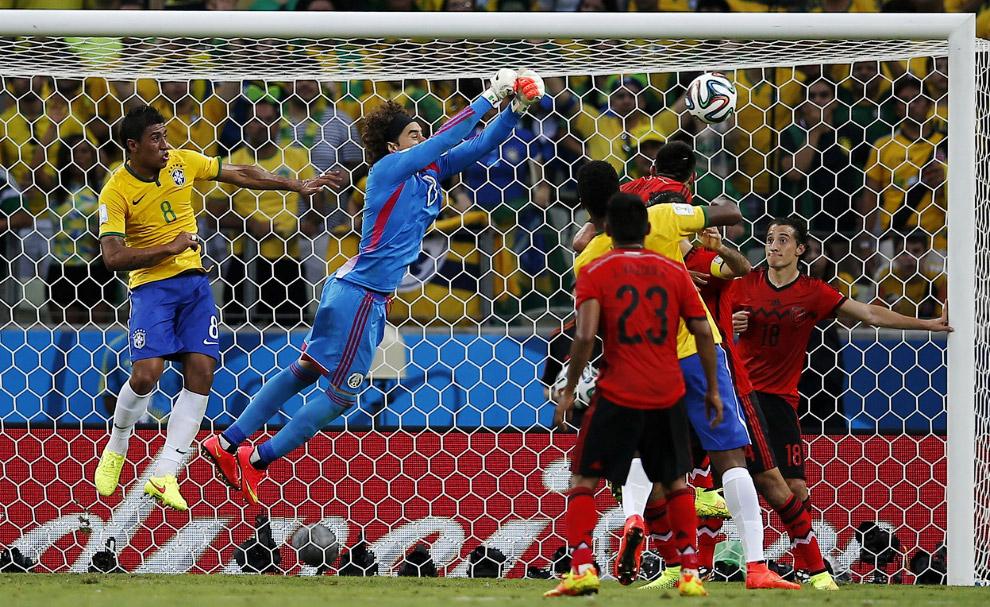 Заварушка у ворот Мексики в матче с Бразилией