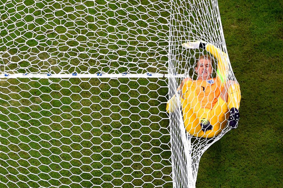 Вратарь сборной Англии улетел в сетку и пропустил второй гол от сборной Италии