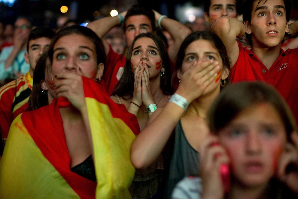 Испанские болельщики наблюдают на матчем с Чили