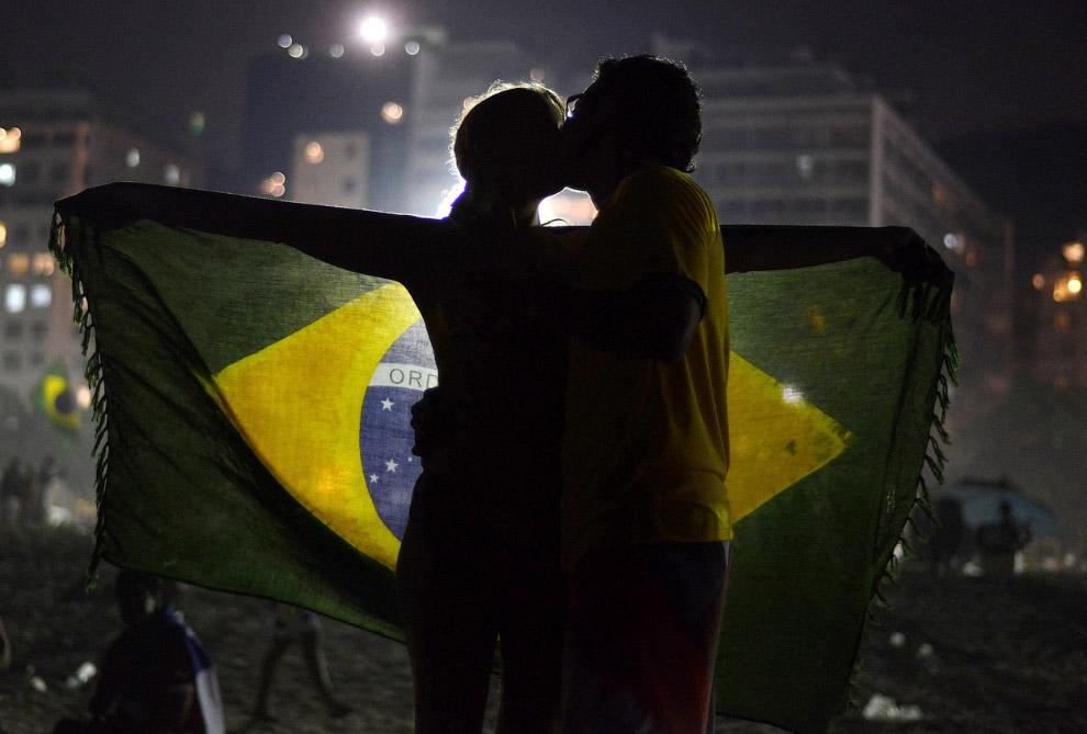 Бразильские болельщики на пляже Копакабана в Рио-де-Жанейро