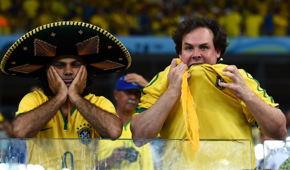 Бразильский болельщик жует майку во время игры со сборной Германии