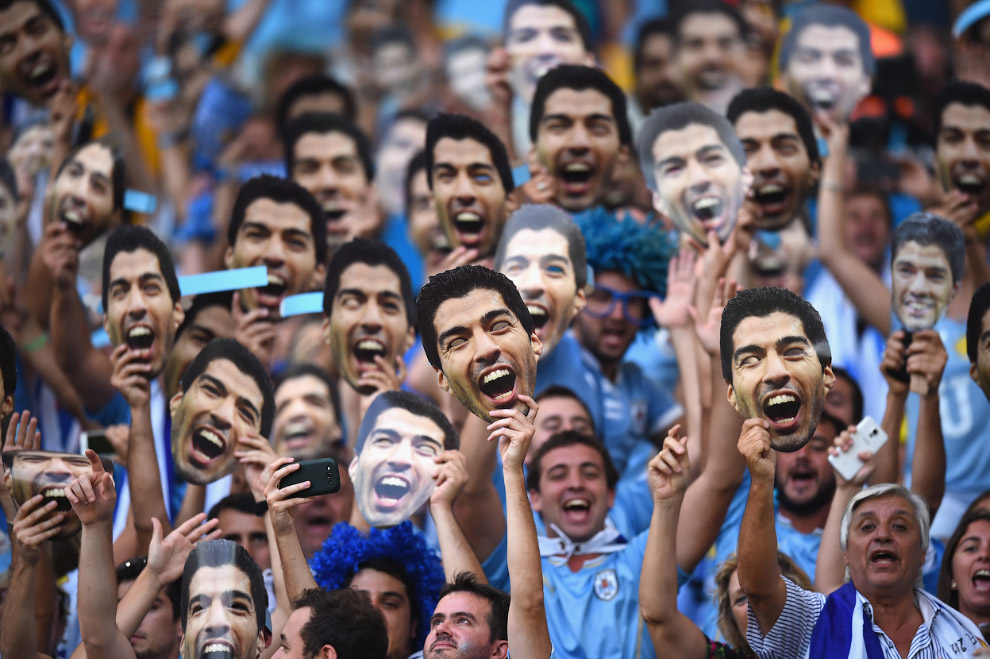 Уругвайские болельщики. С масками как раз того кусающегося Луиса Суареса