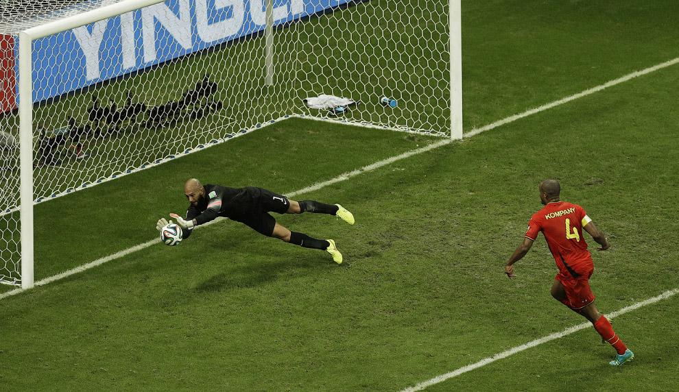 Американский вратарь Тим Ховар ловит мяч в матче с Бельгией