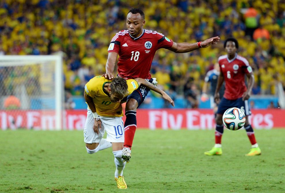 На бразильца Неймара налетает игрок Колумбии Хуан Камило Зунига