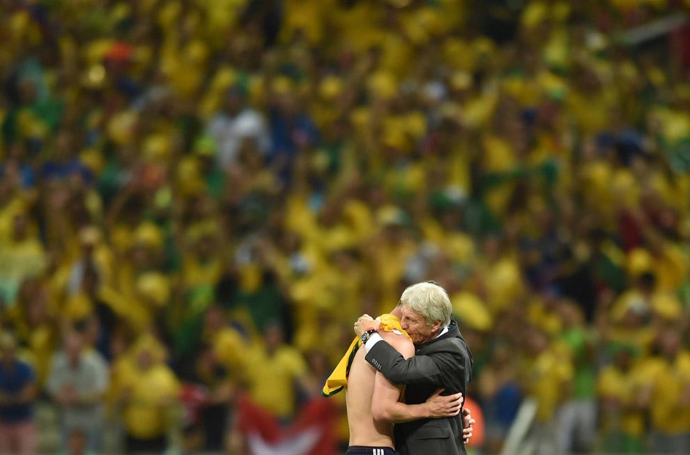 Тренер Колумбии обнимает полузащитника сборной Джеймса Родригеса