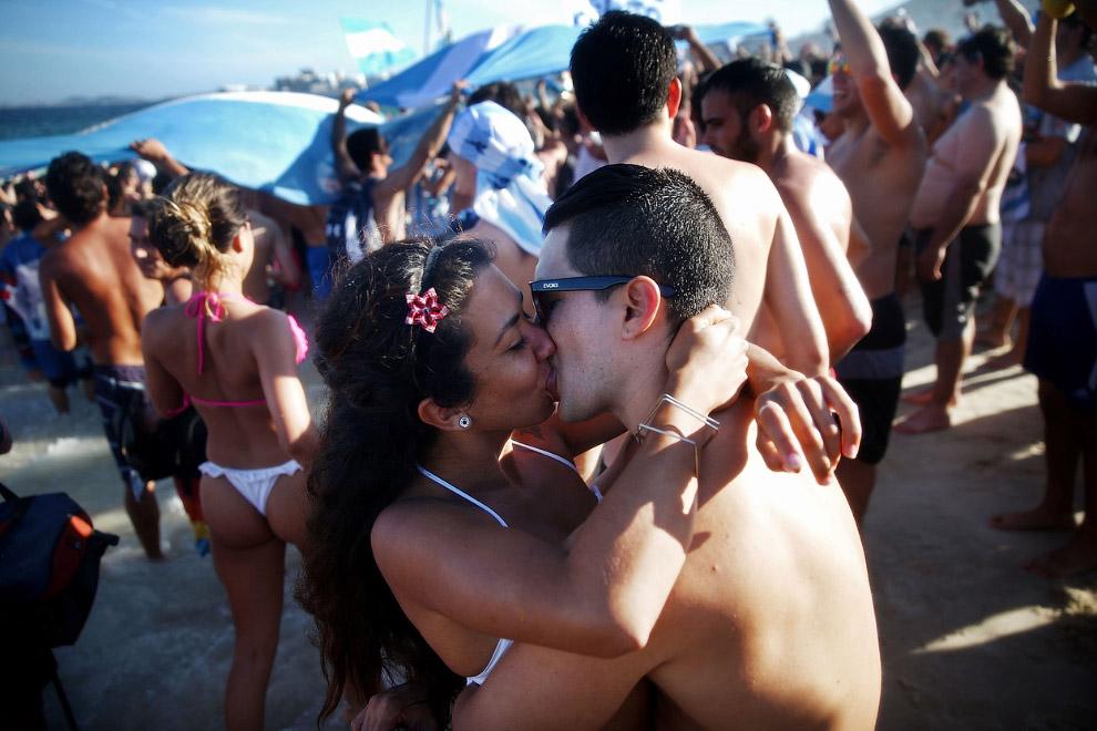 Аргентинцы празднуют победу над Бельгией на пляже Копакабана в Рио-де-Жанейро