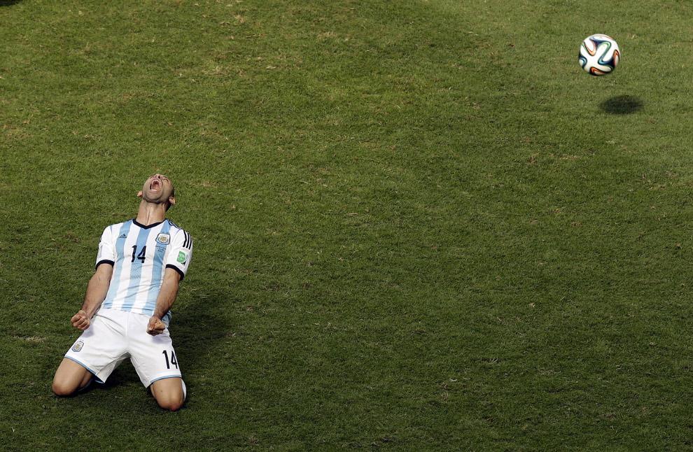 Футболист сборной Аргентины Хавьер Маскерано радуется выходу в полуфинал после победы над Бельгией