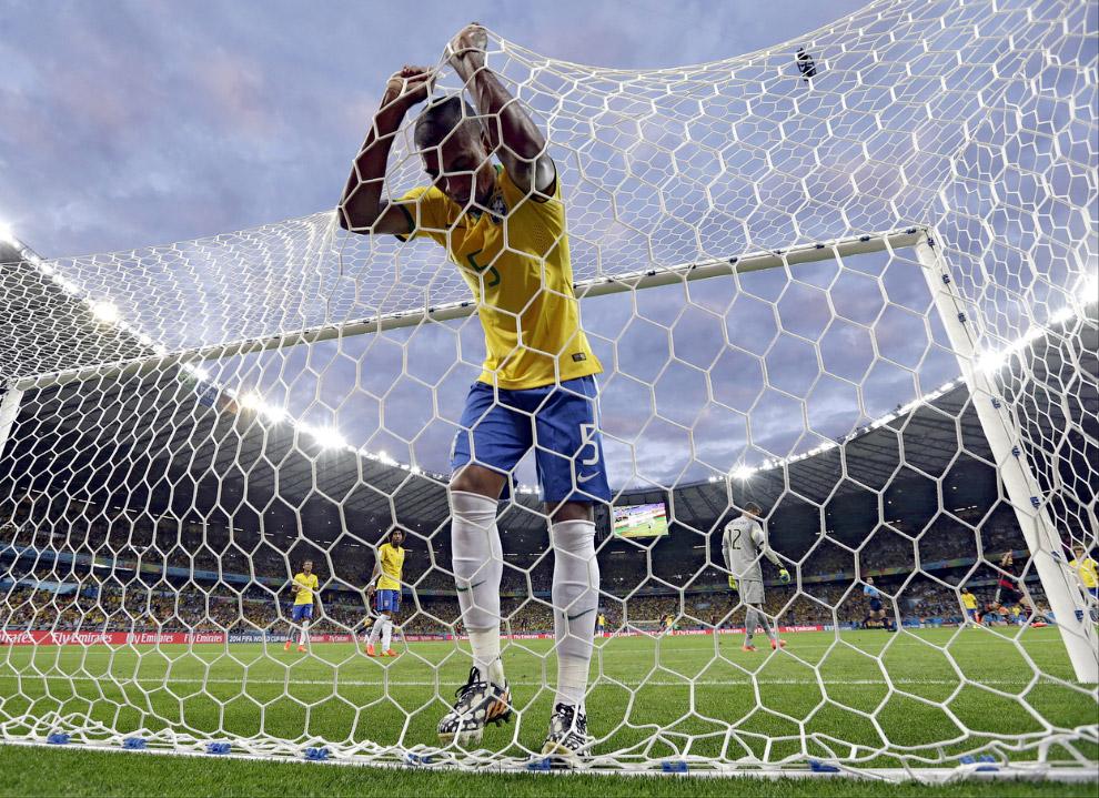 Полузащитник сборной Бразилии Фернандиньо после очередного гола в ворота сборной
