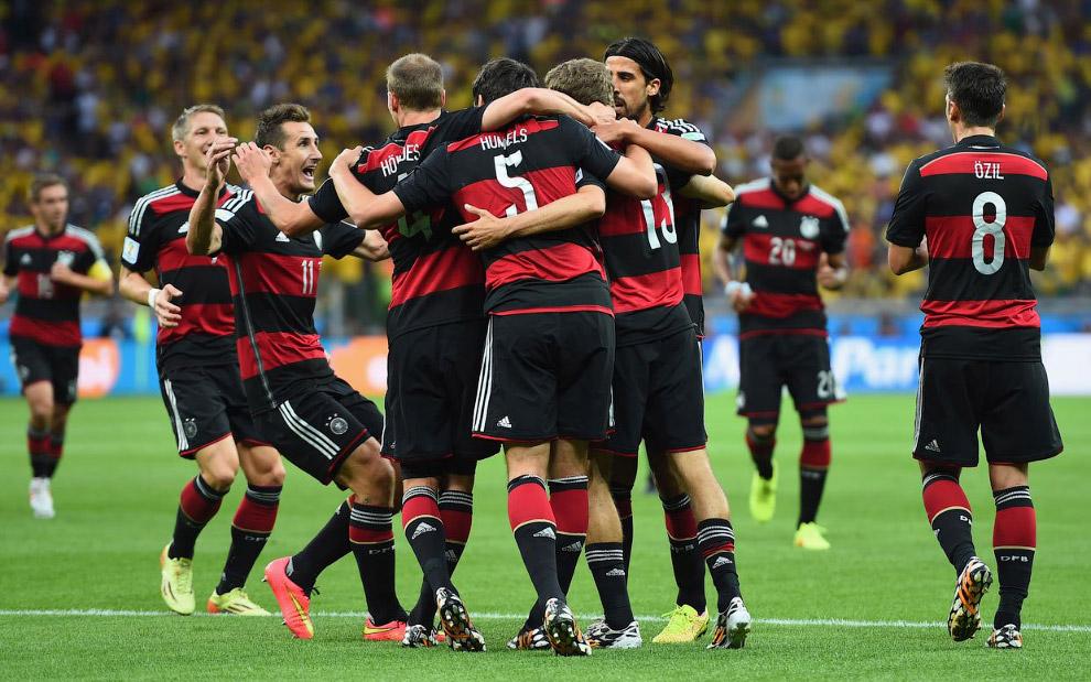 Вообще, атакующая игра сборной Германии влюбляет в себя даже тех, кто никогда не болел за эту страну