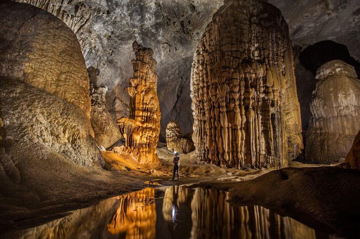 Внутри самый крупной пещеры Шондонг