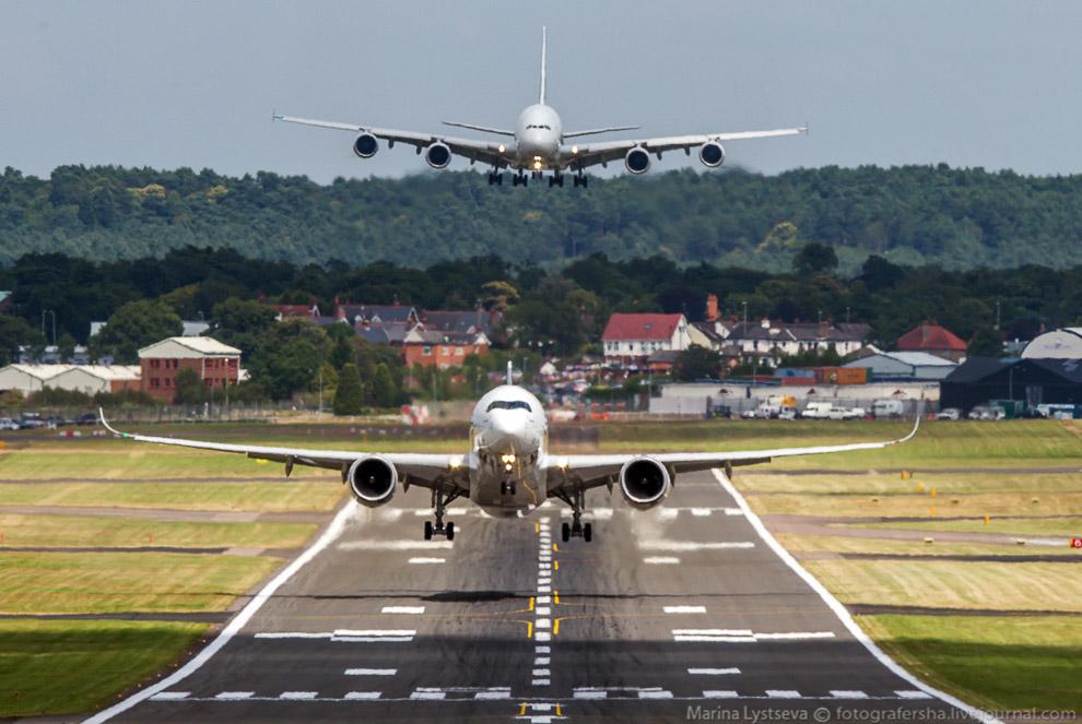 А380 заходит на посадку, а с впп поднимается А350