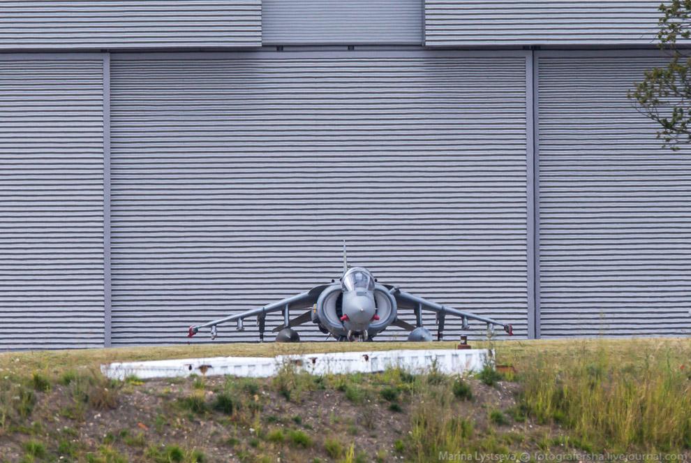 Британский истребитель-бомбардировщик Харриер спрятался около ангара