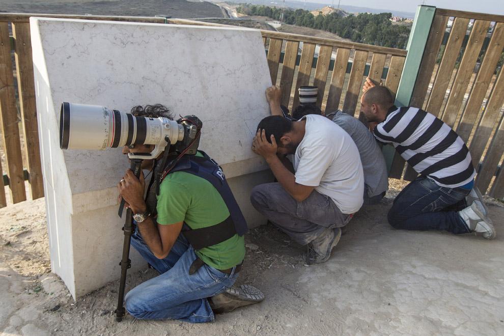 Журналисты, фотографы и мирные жители прячутся обстрелов израильской территории. Город Сдерот, Израиль