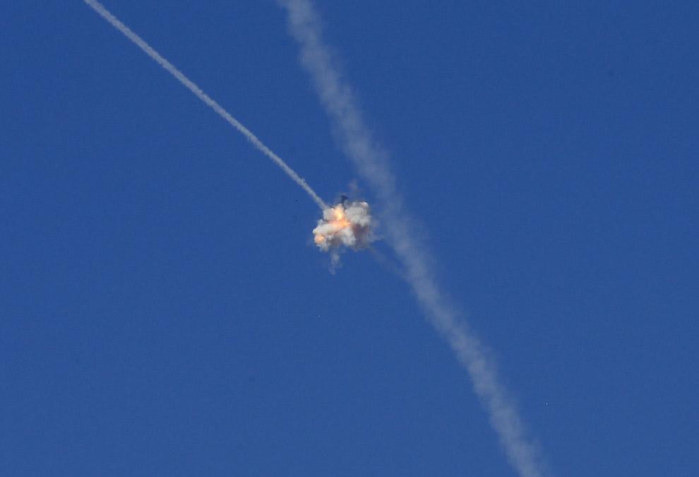 Система израильской противоракетной обороны «Железный купол» уничтожила палестинскую ракету, летящую в город Сдерот