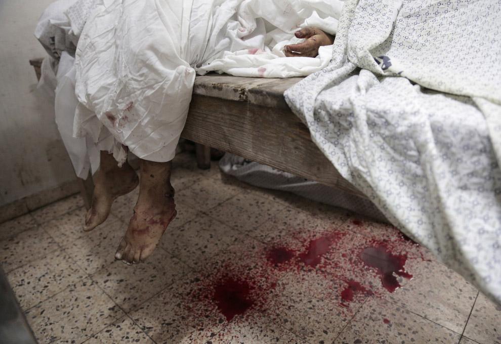 Дети в морге больницы в городе Газа