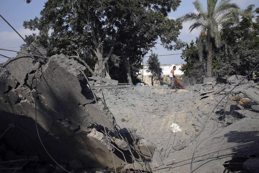 Остатки дома после авиаудара в южной части сектора Газа