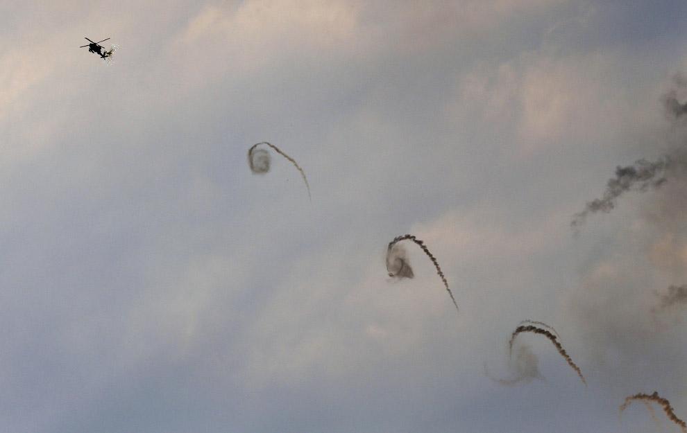 Израильский вертолет стреляет по сектору Газа