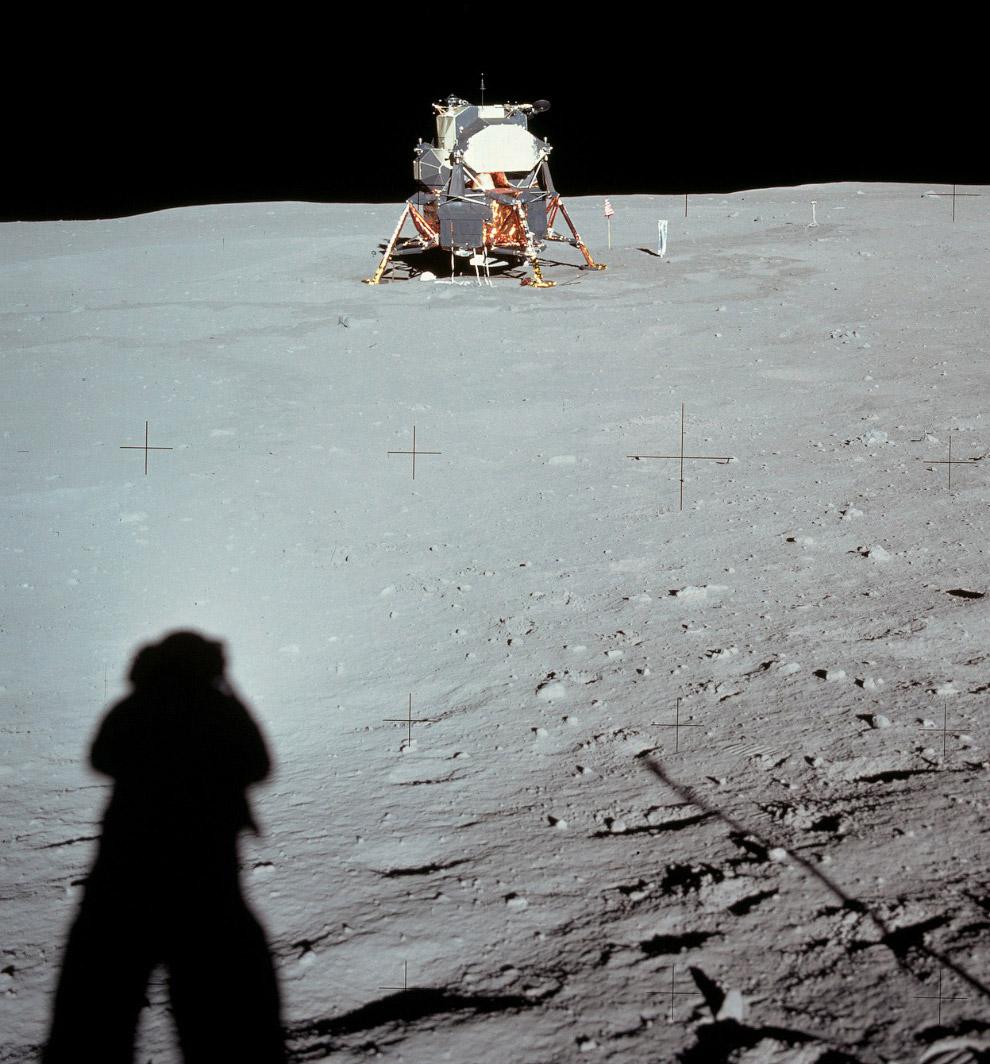 Тень Армстронга и лунный модуль