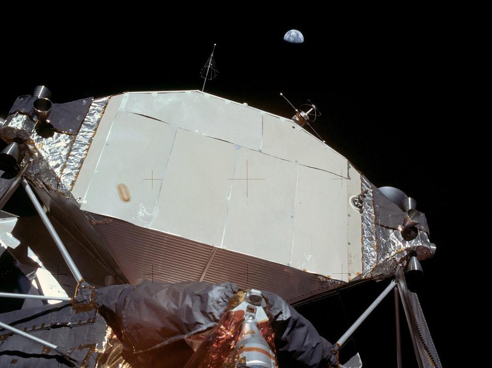 Лунный модуль «Орел». Выше видна наша Земля