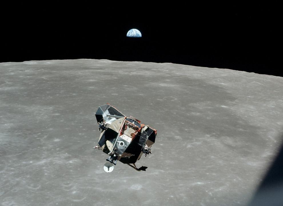 Возвращение домой Лунный модуль оторвался от лунной поверхности