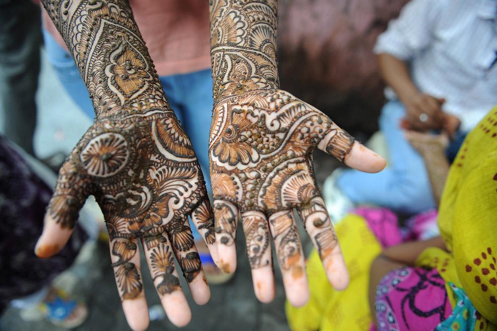 Роспись хной рук в честь праздника. Может держаться до недели