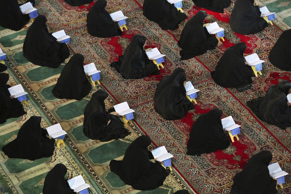 Правоверные мусульмане в Рамадан стараются больше времени проводить в молитве и чтении Корана