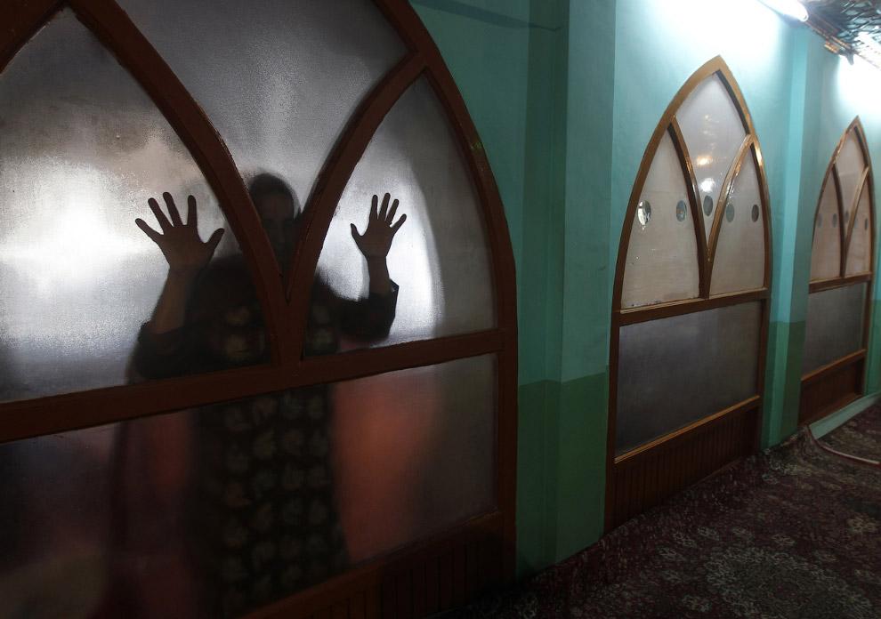 Молитва в храме за стеклом