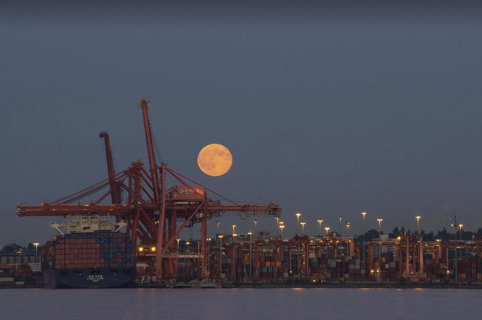 Суперлуние 2014 над гаванью Ванкувера