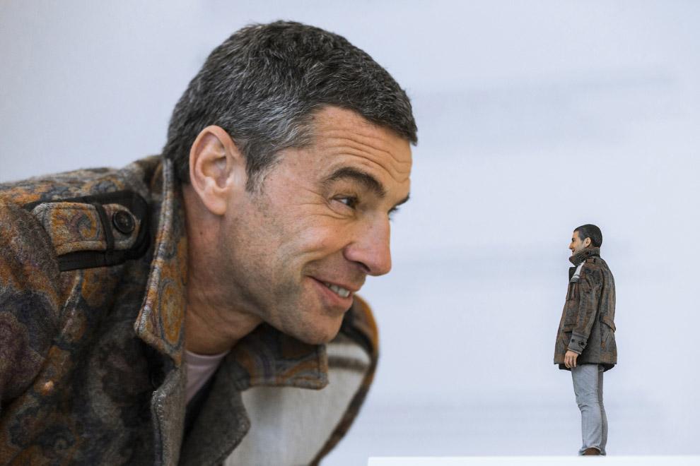 Заказчик в студии 3D печати в Берлине, смотрит на свою фигуру, созданную 3D-печатью на принтере