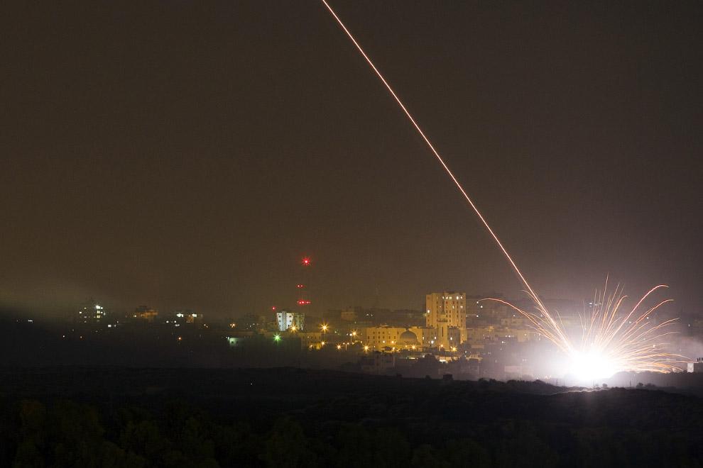 Израильская ракета ударяет по северной части сектора Газа