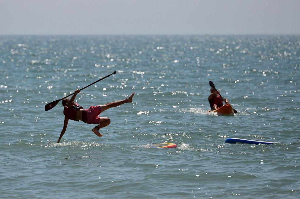 Серфингисты в Брайтоне, Англия